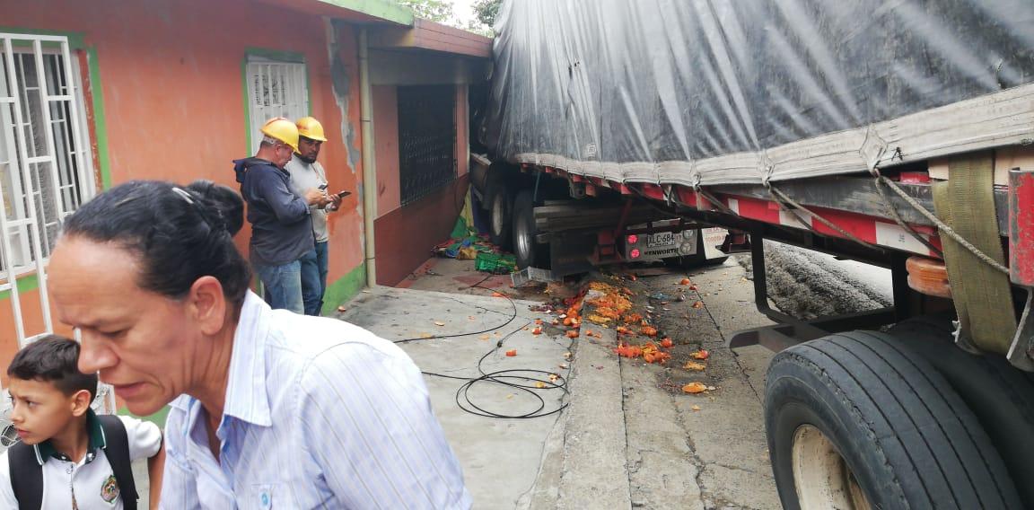 El tractocamión 'se desengranó': Esa habría sido la causa del impacto contra la casa en Boquerón