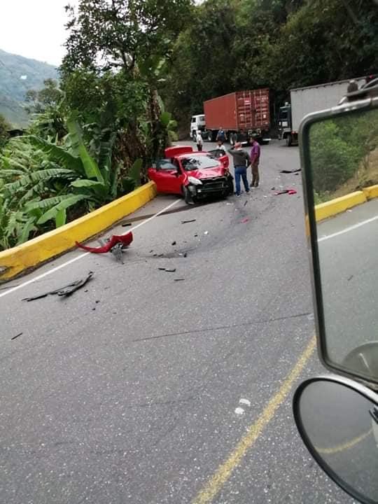 Susto y milagro: Sólo heridas menores en una familia luego de chocar contra un tracto camión