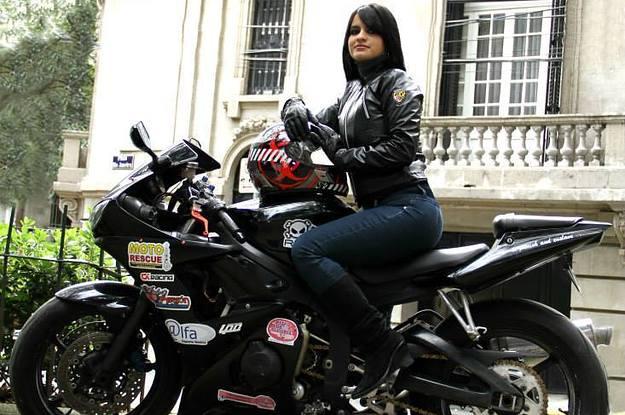 Las mujeres que manejan moto en Colombia son más prudentes en las vías