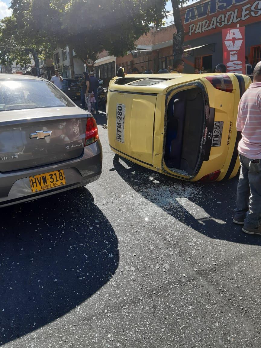 Taxi volcado y motociclistas lesionados en accidente en la Ambalá con 31