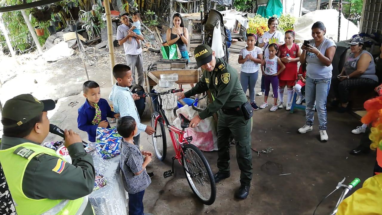 El 'Poli Circo' de la Metib celebró cumpleaños de niño en la comuna Seis