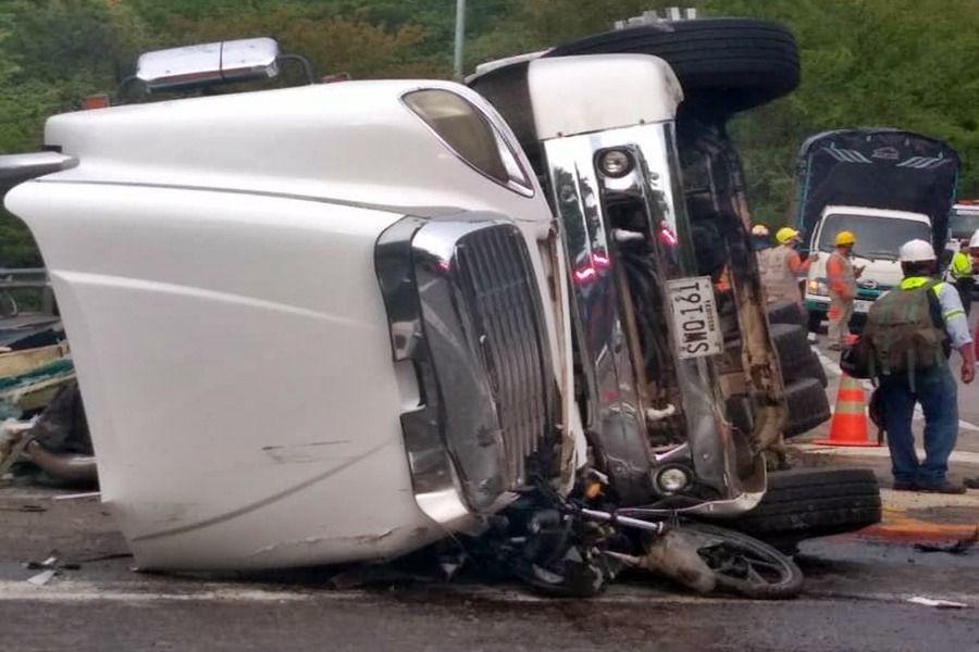 Motociclista resultó herido por volcamiento de tractocamión entre Melgar y Flandes