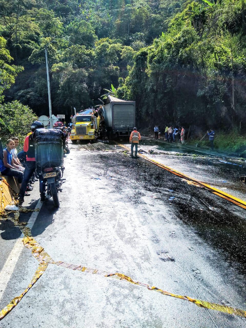 Emergencia ecológica por choque y derrame de combustible sobre la vía Cajamarca- Ibagué