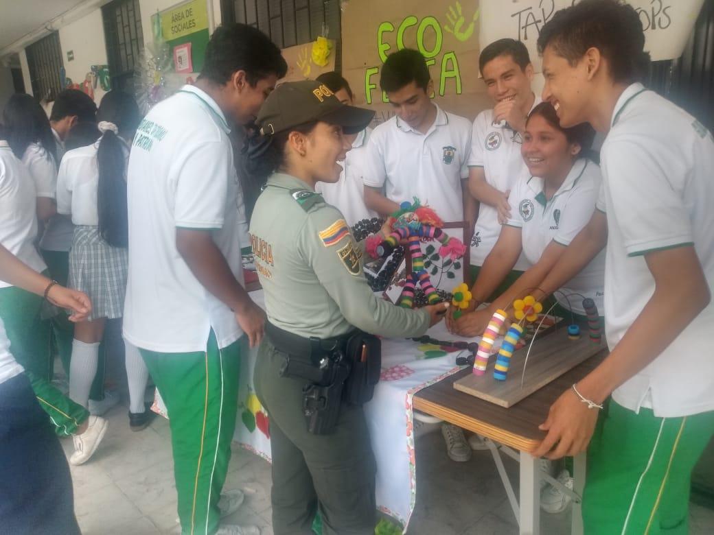 Policía de Turismo promueve feria de estudiantes emprendedores
