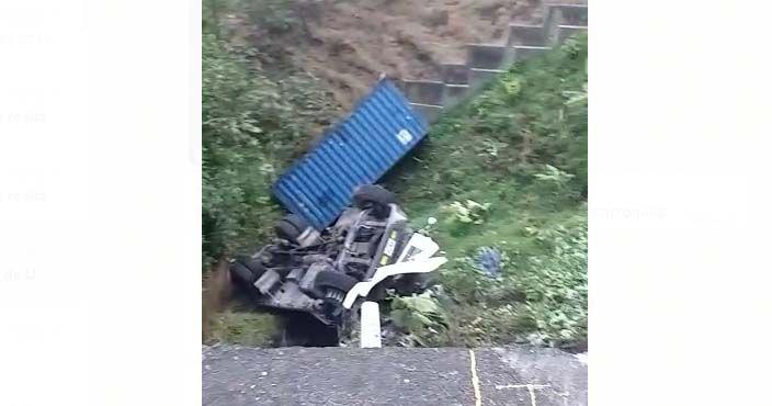 Conductor de 'mula' se salvó de milagro antes de caer a un abismo