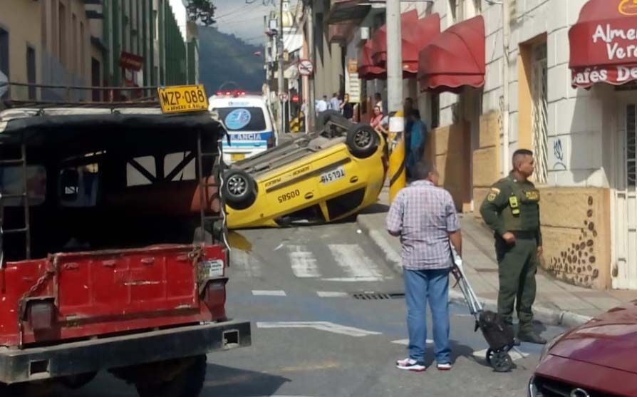 Tres heridos dejó volcamiento de taxi diagonal al Parque de la Música