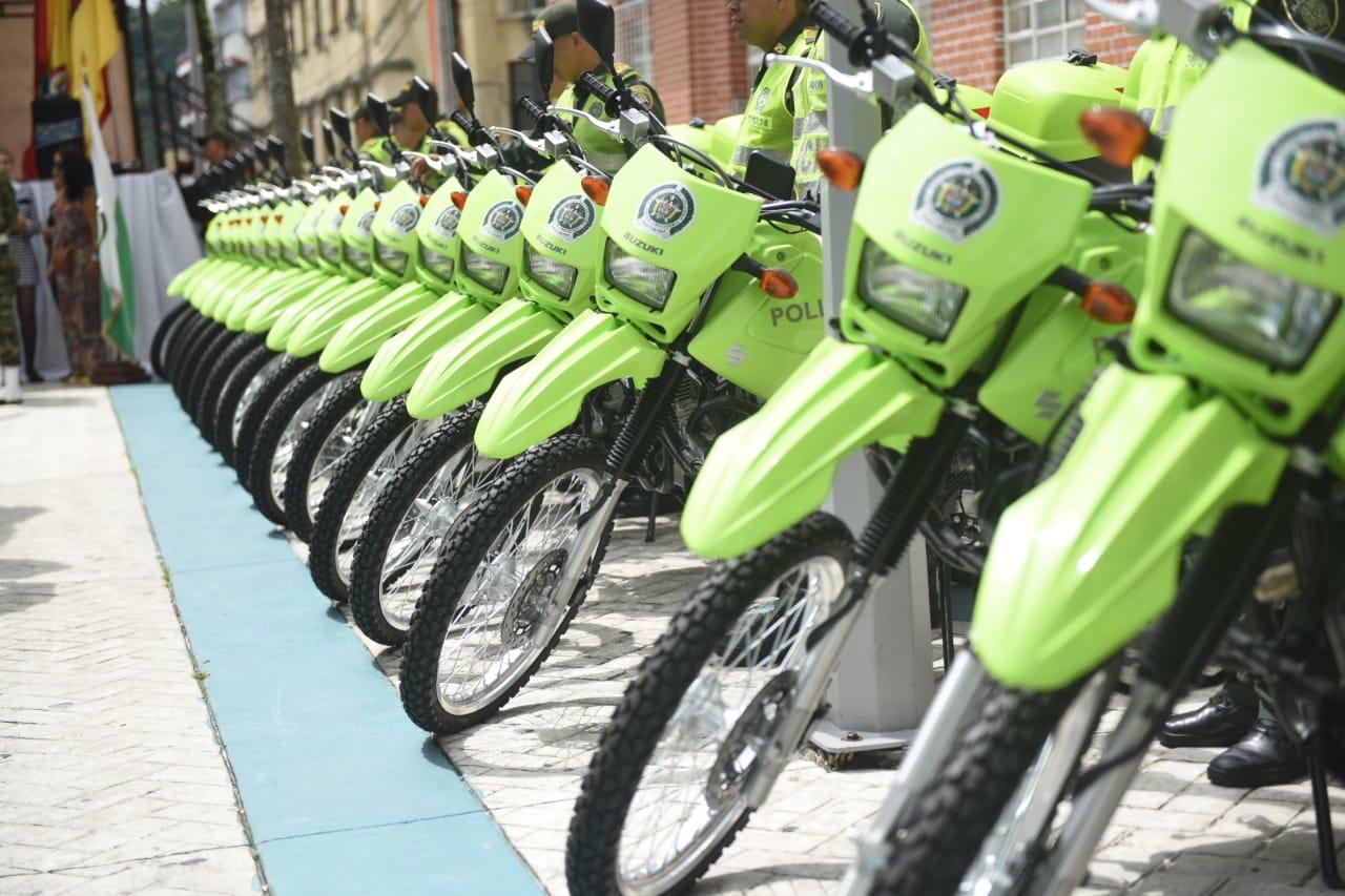 Alcaldía entregó motocicletas y buseta a la Policía Metropolitana y Ejército Nacional