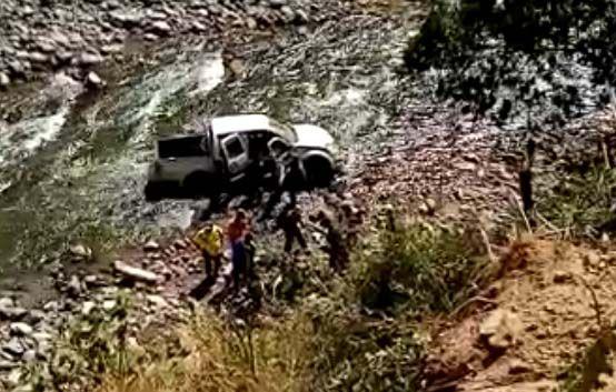Un muerto y dos heridos por caída de camioneta al río Cucuana
