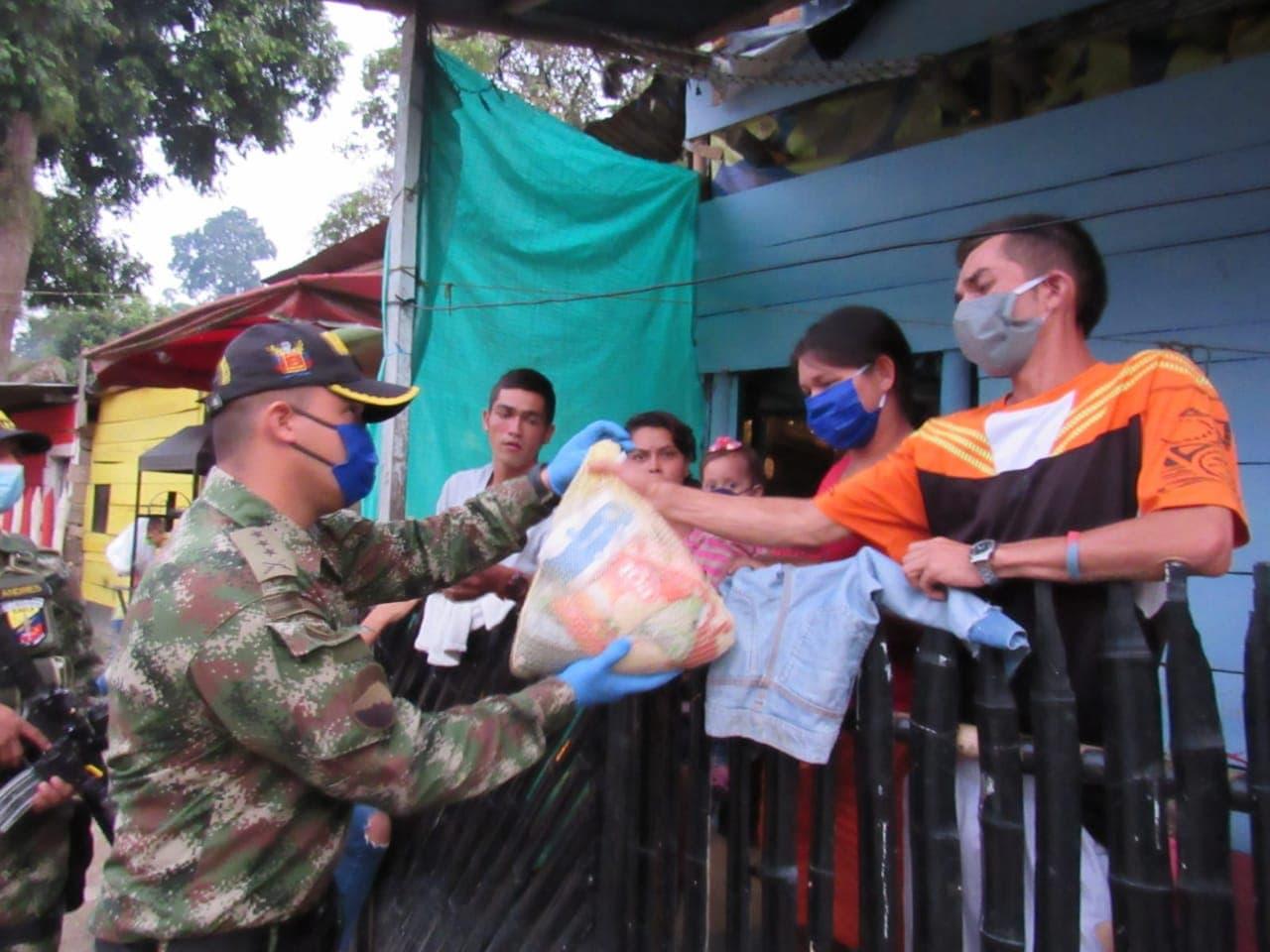 Soldados del Ejército Nacional entregan ayudas en Ibagué
