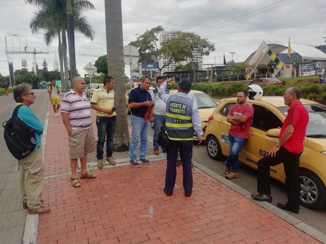 Agentes de tránsito concientizan a ibaguereños sobre parqueo en las vías