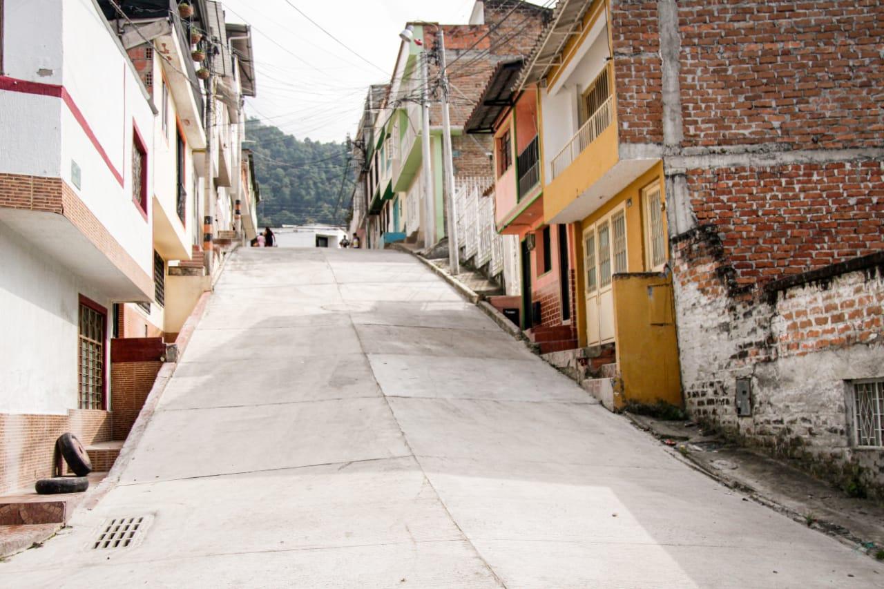 Alcaldía pavimentó 450 metros cuadrados de vía en el barrio Santa Bárbara