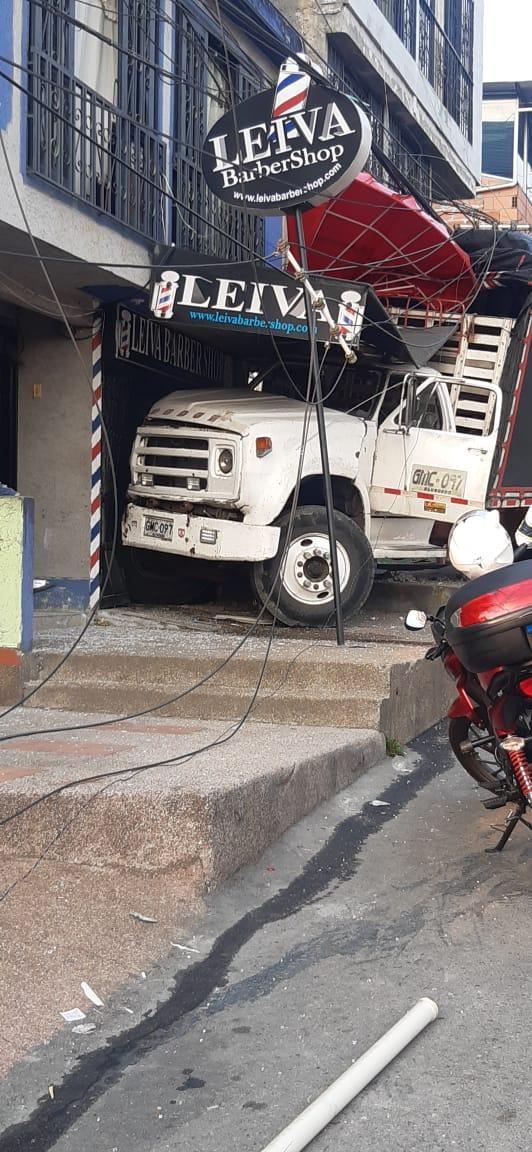 Camión tumbó cuerda e impactó una barbería en Jardín El Bunde