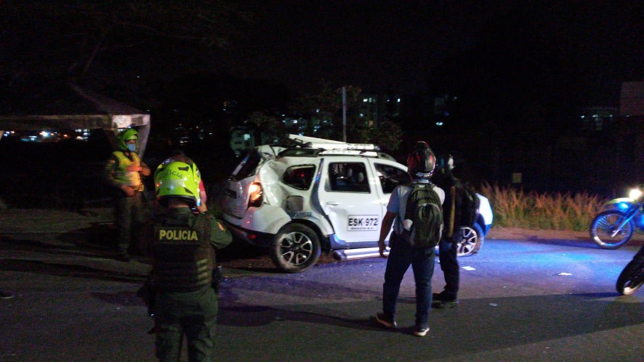 En plena cuarentena un conductor borracho tumbó poste en Mirolindo