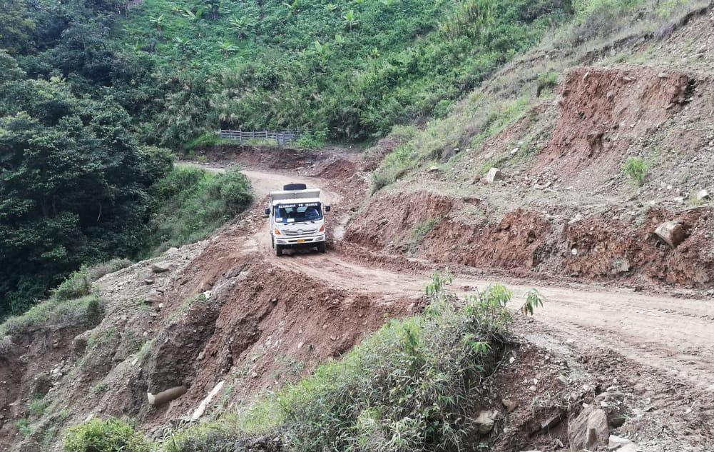 Realizan mantenimiento en la vía Ibagué - Tapias, sector El Salón