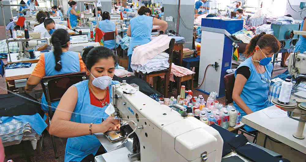 Establecen horarios laborales flexibles para sectores de la manufactura y construcción