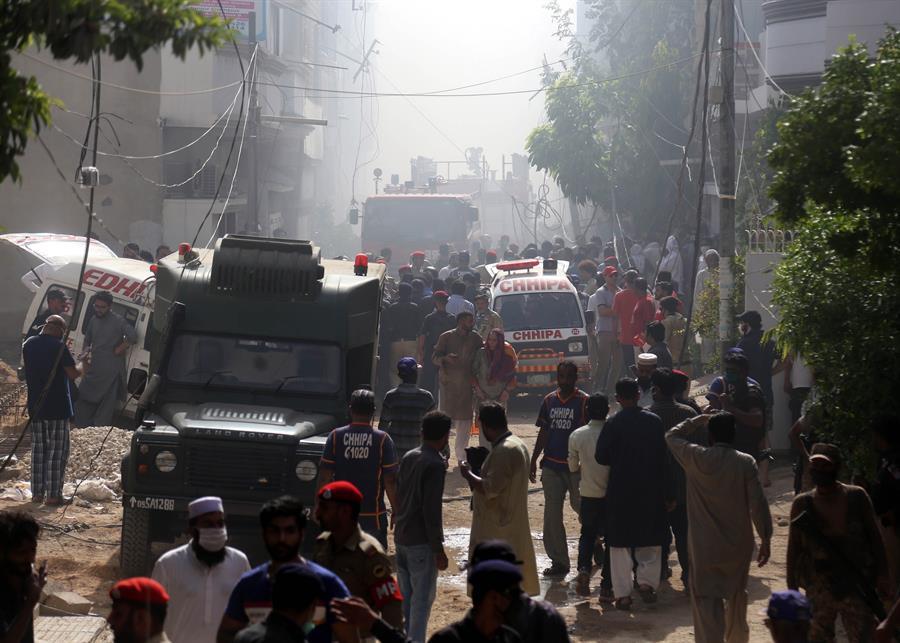 Avión con 107 pasajeros se estrelló sobre casas y edificios en ciudad de Pakistán