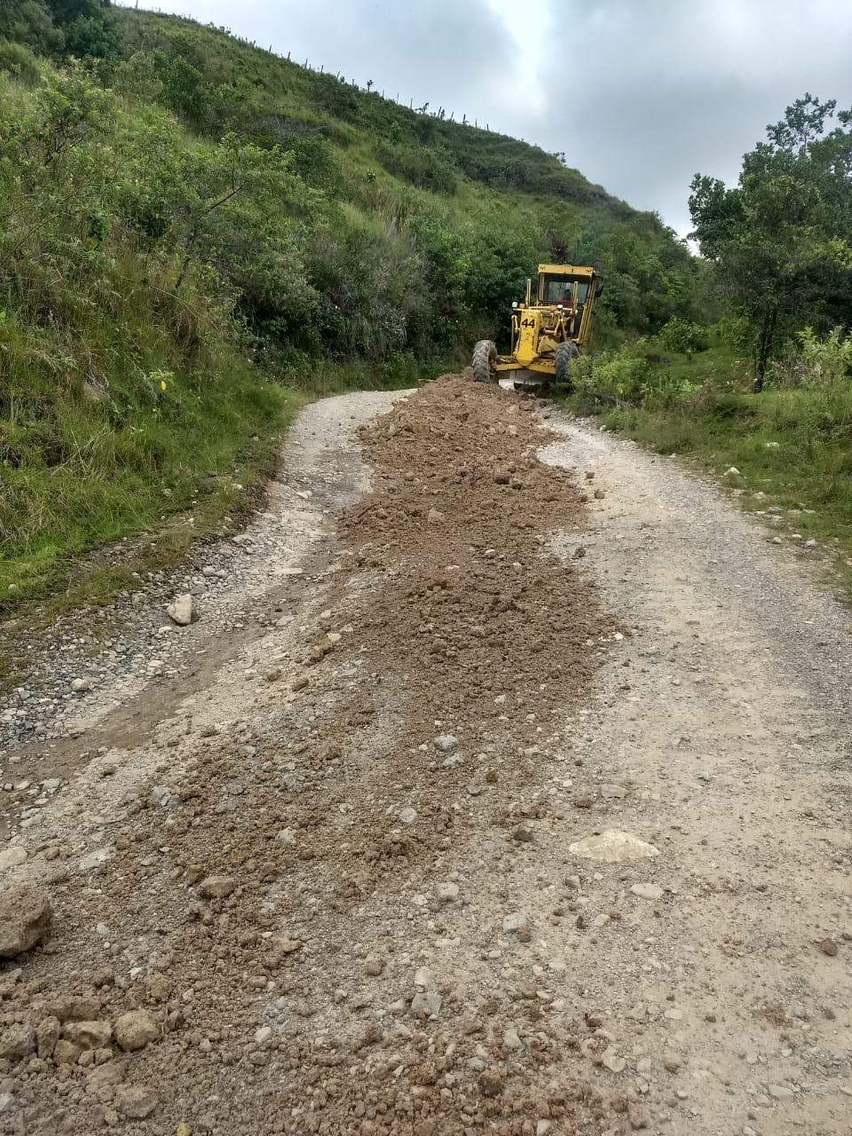 Maquinaria de la Gobernación adelanta mantenimiento de vías en temporada de más lluvias