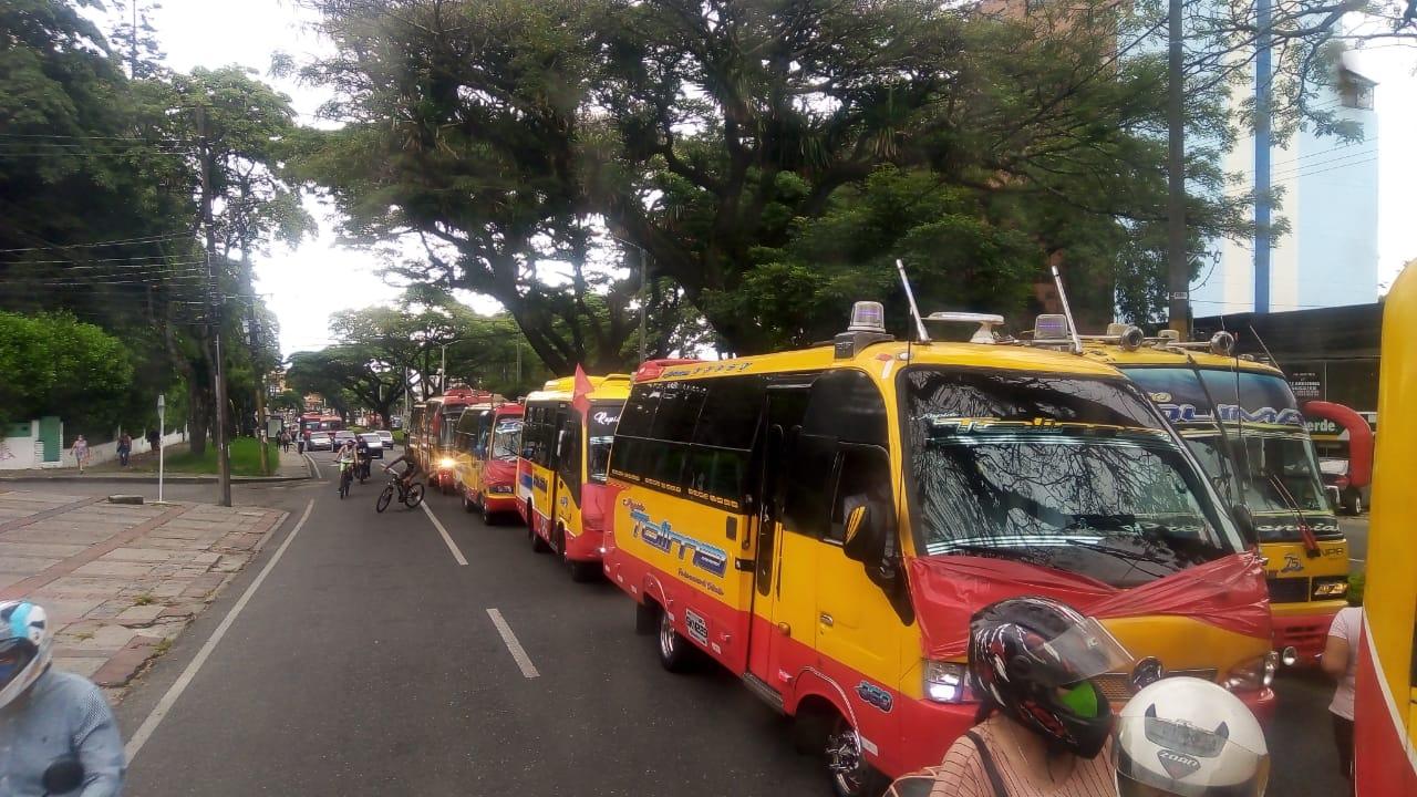 Caravana de buses de Rápido Tolima en Ibagué protesta por consecuencias de la prolongadacuarentena