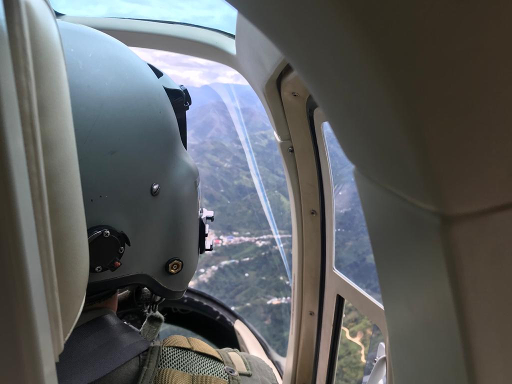 Con volantes lanzados desde el aire, la Fuerza Aérea invita a denunciar