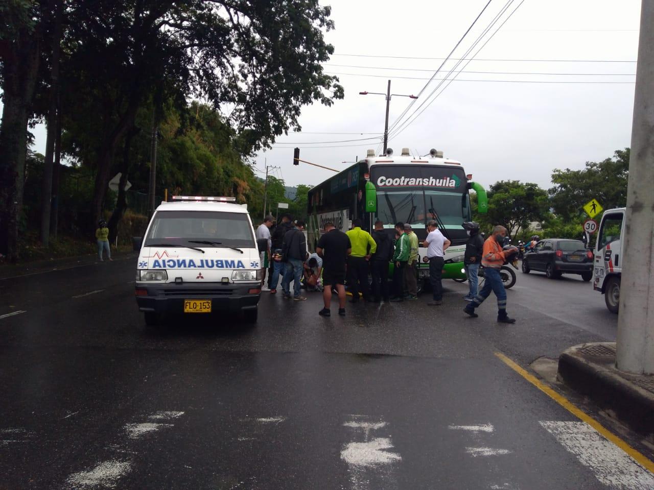 Un milagro salvó a la motociclista luego del impacto contra un bus