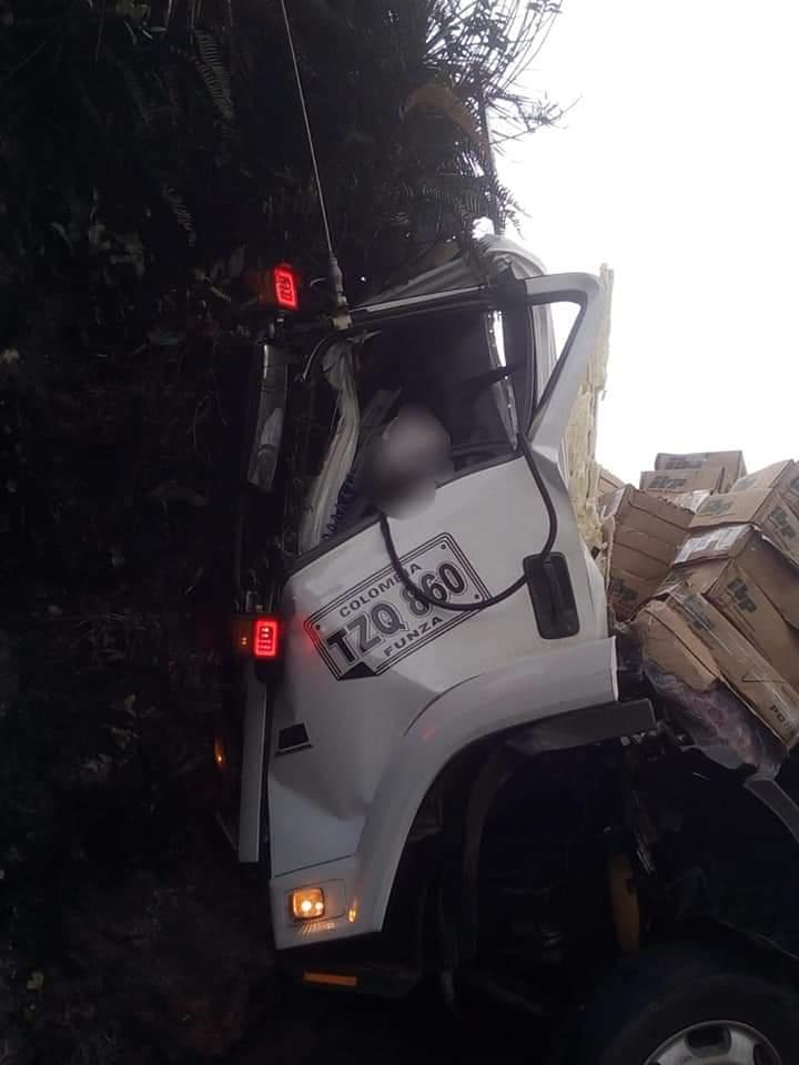 Conductor de camión falleció luego de estrellarse contra un barranco