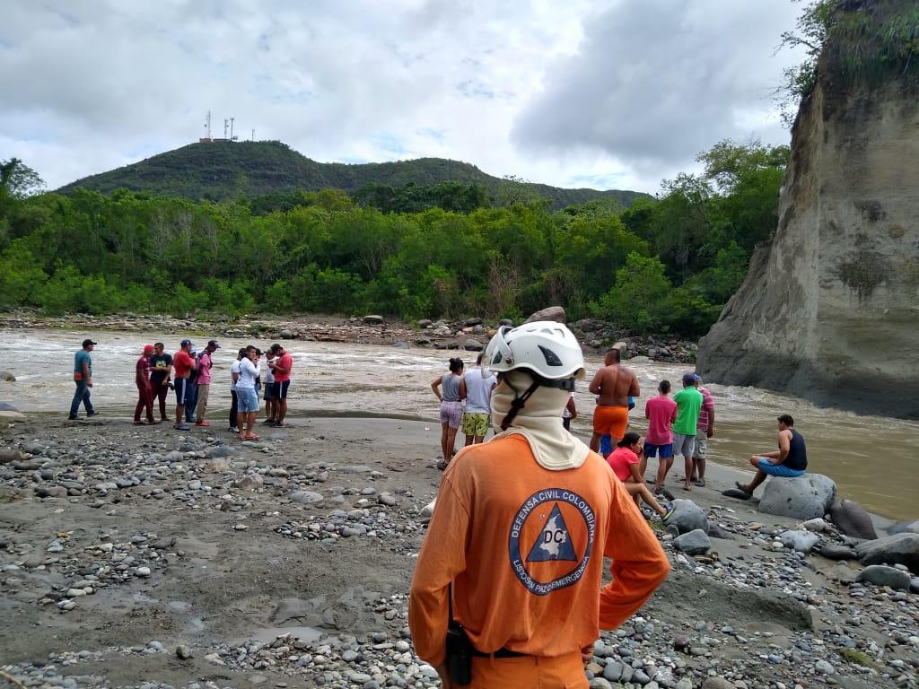 Conductor y ayudante de volqueta se salvaron de morir ahogados en el río Coello
