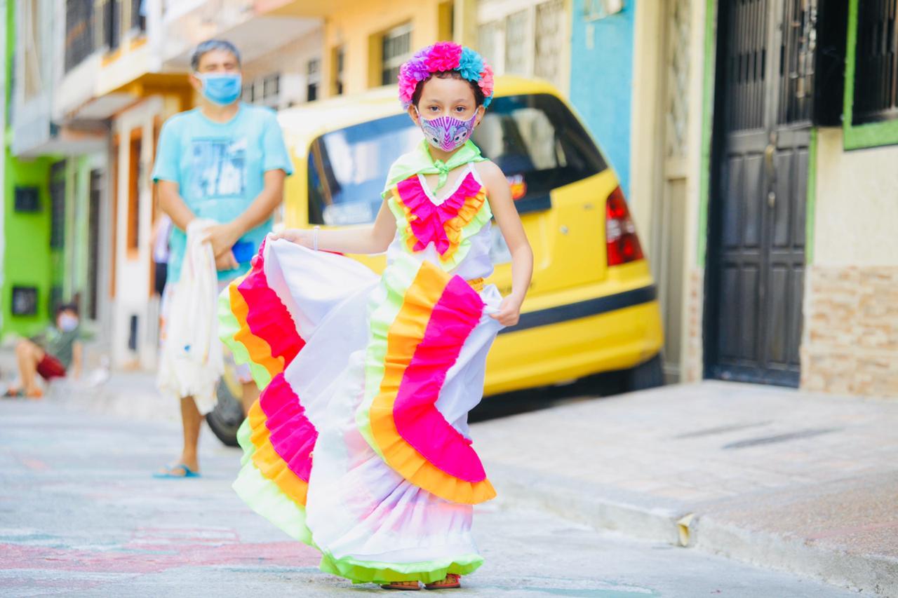 Fiestas y folclor con tapabocas y desde las casas