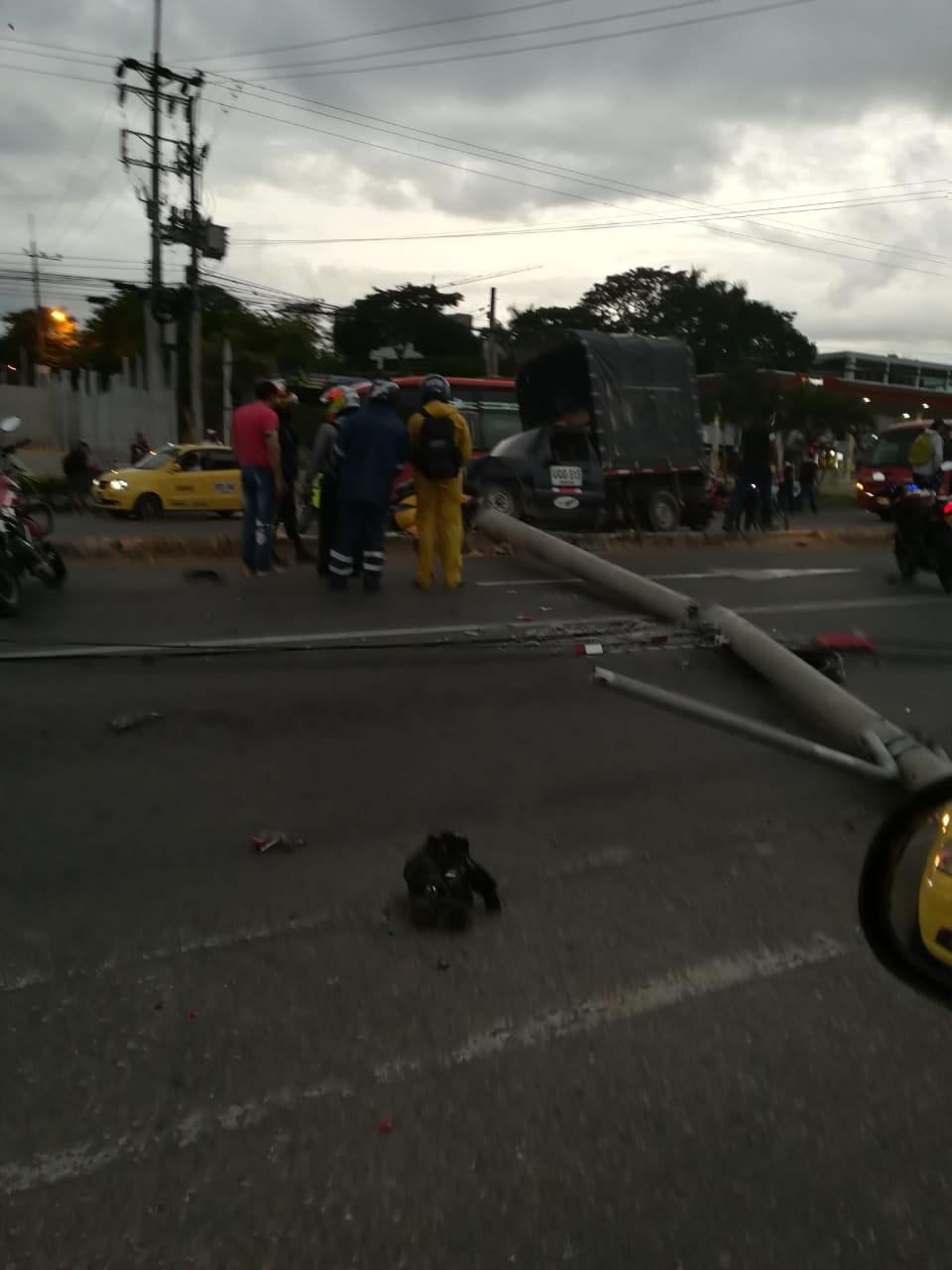 Motociclista murió aprisionado entre una camioneta y un poste en la vía a Picaleña