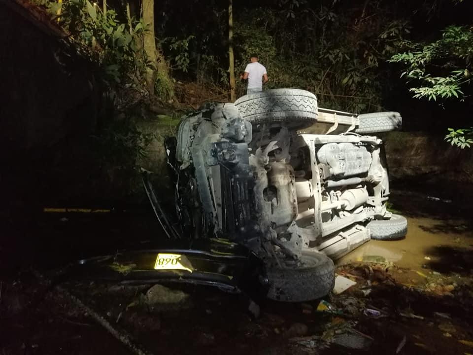 Dos heridos en caída de camioneta a quebrada en Carmen de Apicalá