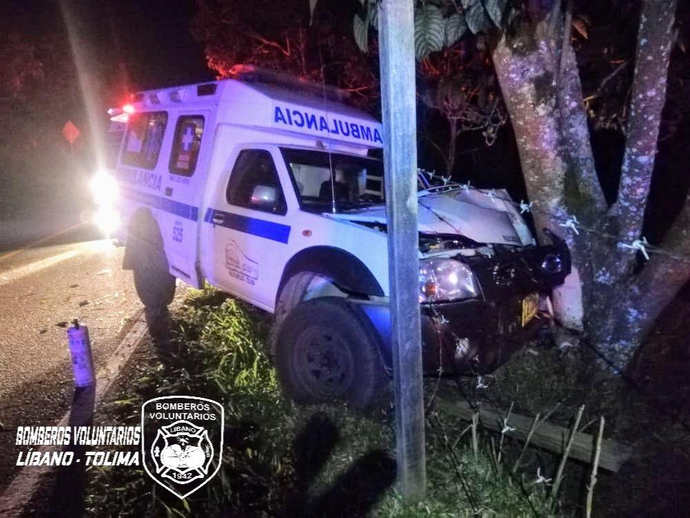 Ambulancia impactó contra un árbol