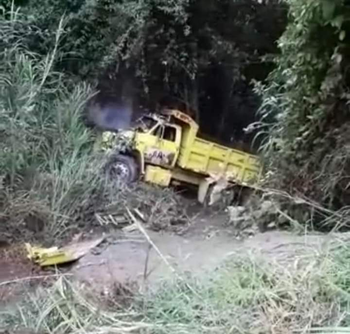 Conductor y su hijo alcanzaron a saltar de volqueta que cayó por precipicio