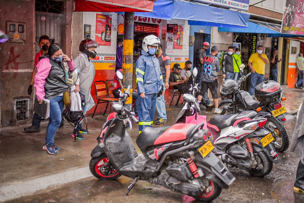 Autoridades sellan temporalmente tres establecimientos de autopartes