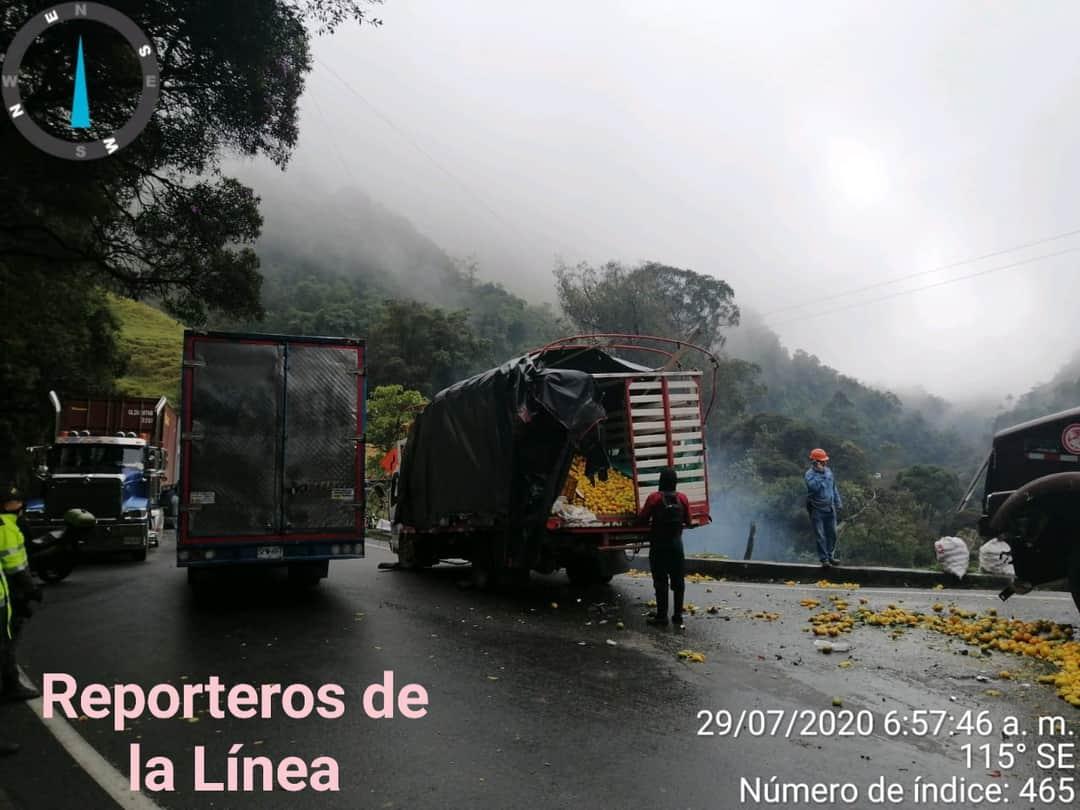 Trancón en La Línea por colisión de camiones