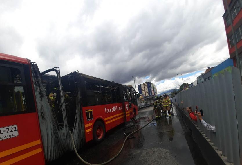Bus de Transmilenio se incendió en pleno Centro de Bogotá