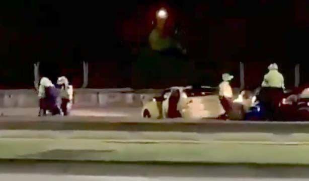 En video: Brutal golpiza de policías a taxista