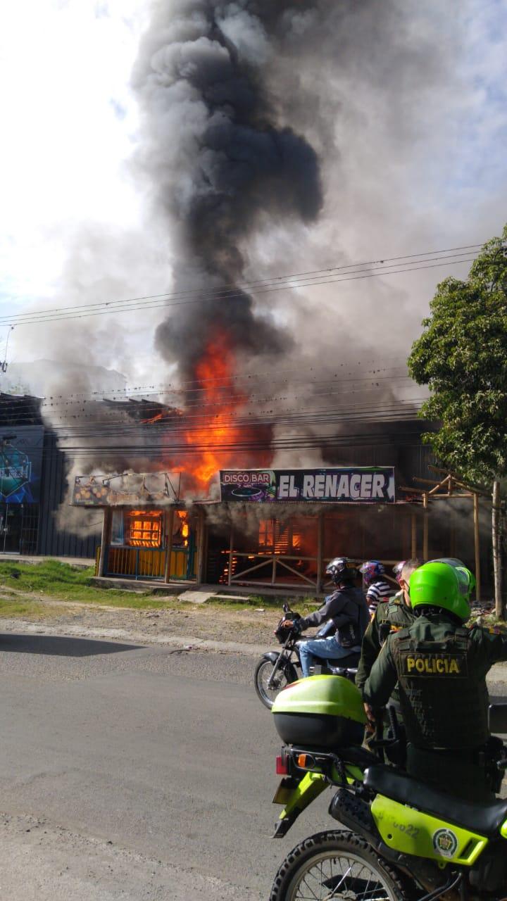 Las llamas acabaron con el restaurante y disco-bar 'El Renacer', en la vía a El Salado