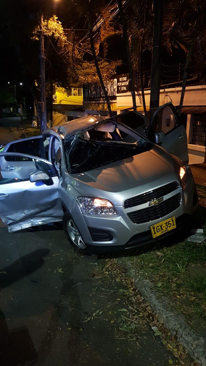Dos lesionadas dejó volcamiento de camioneta en la Ambalá con 25
