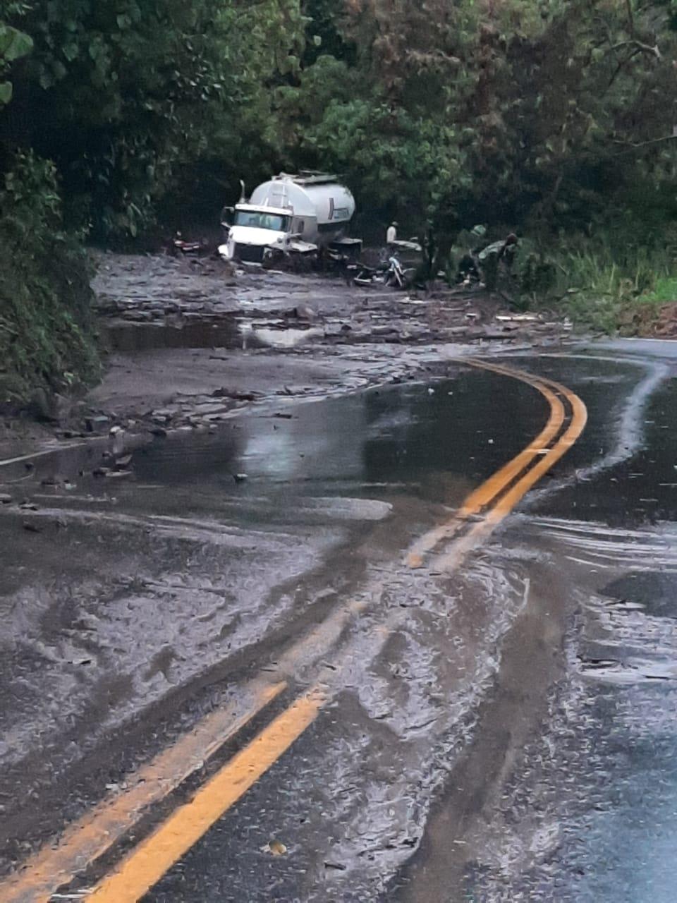 Fotos: Derrumbes y taponamientos por las fuertes lluvias en la vía a La Línea
