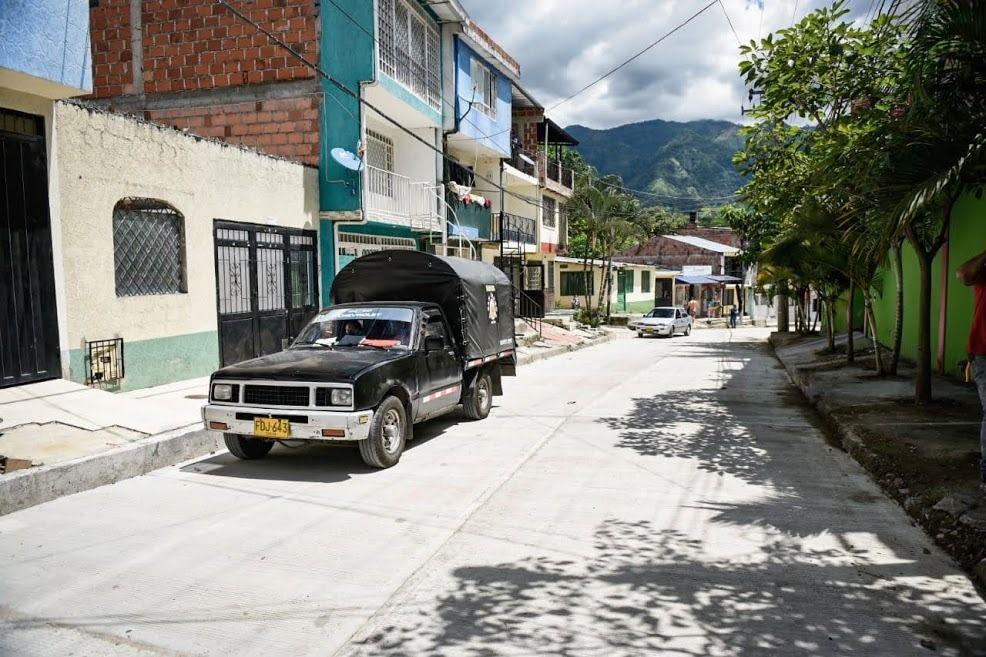 Alcaldía pavimentó la conocida entrada a 'Mandrake' en la comuna Siete