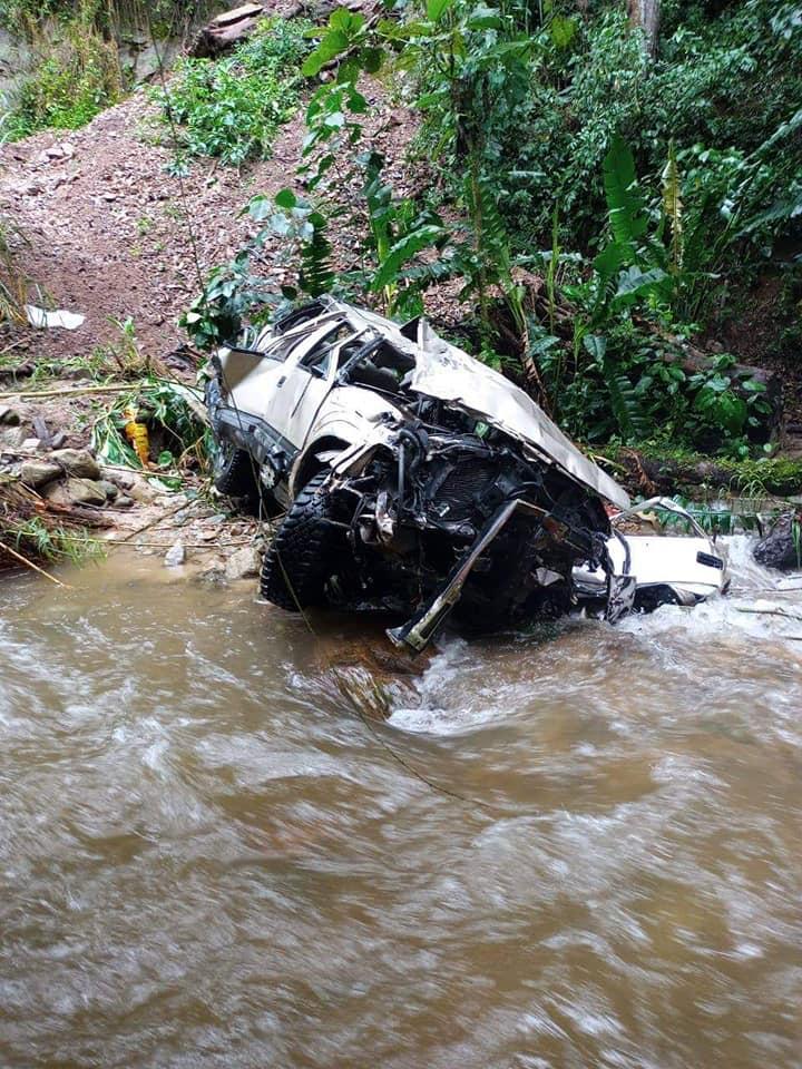 Dos muertos y siete heridos por caída de vehículo a un abismo en Las Hermosas, Chaparral