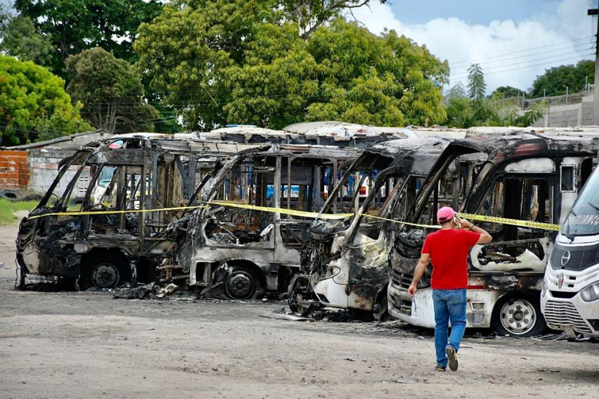 Ardieron 19 busetas en incendio en un parqueadero