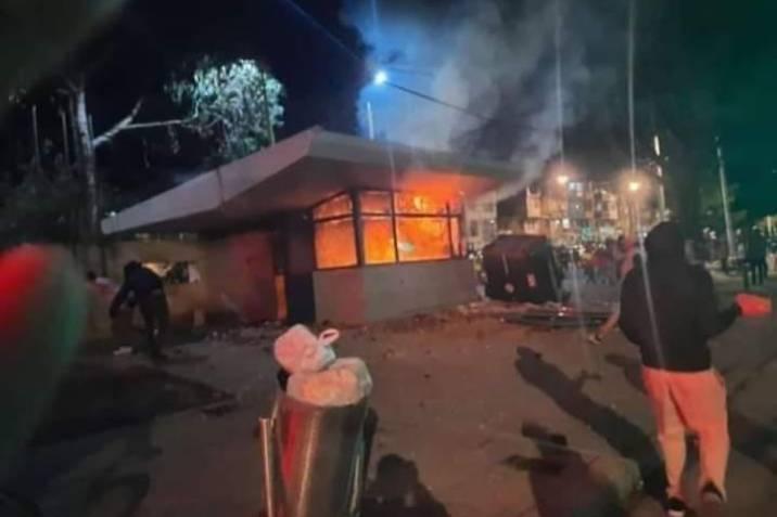 Noche de terror: Siete muertos, y nueve CAI y 46 buses quemados