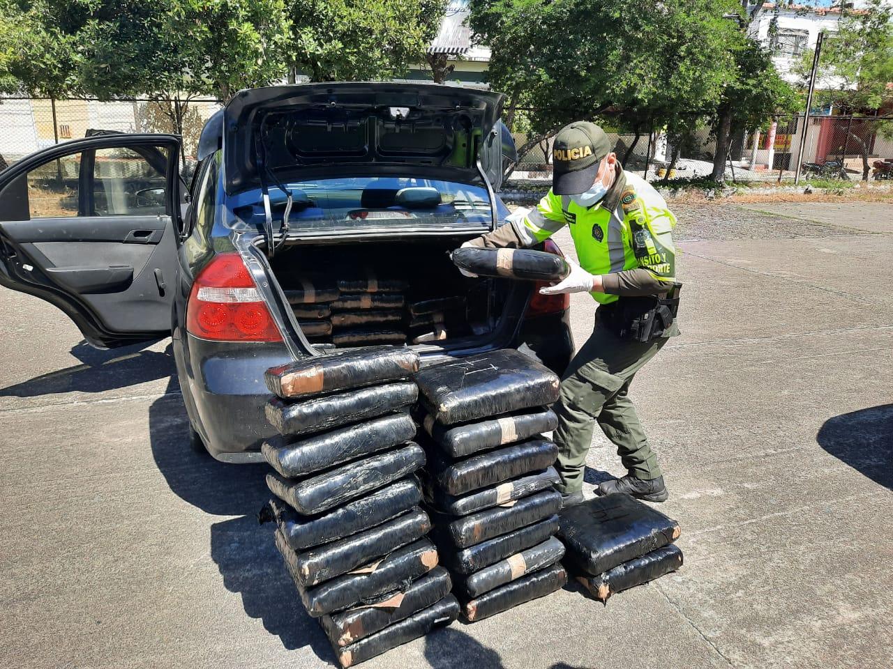Chocaron cuando huían de la Policía con 150 kilos de mariguana en el baúl de su carro
