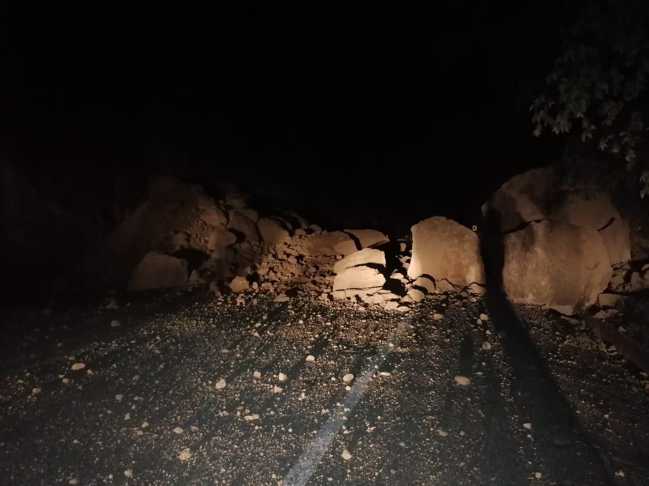 Alerta conductores: Caída de enormes rocas en la vía Honda - Fresno