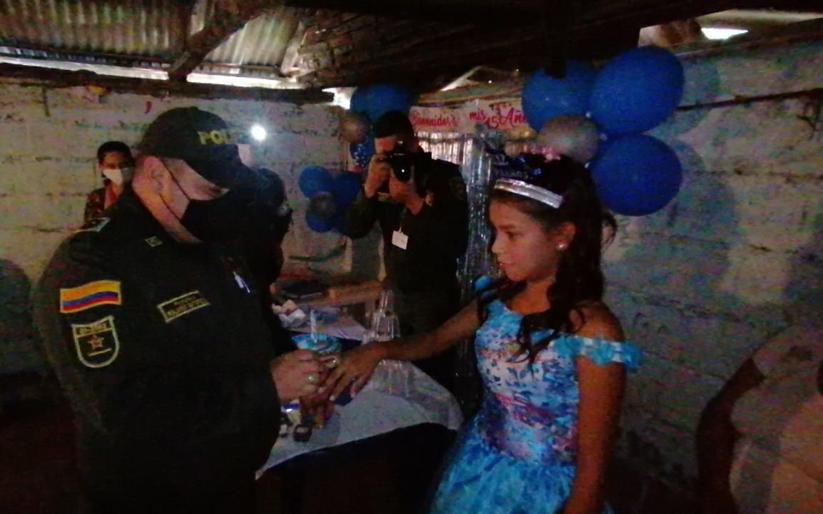 Policía del Tolima le cumplió 'el sueño de sus 15' a una joven