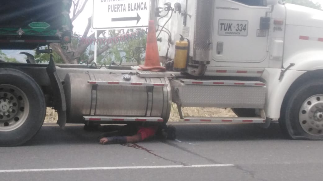 Murió debajo de un tracto camión en la variante de Chicoral