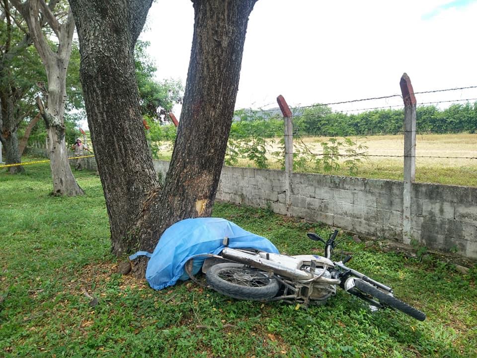 Perdió su vida luego de chocar en su moto contra un árbol