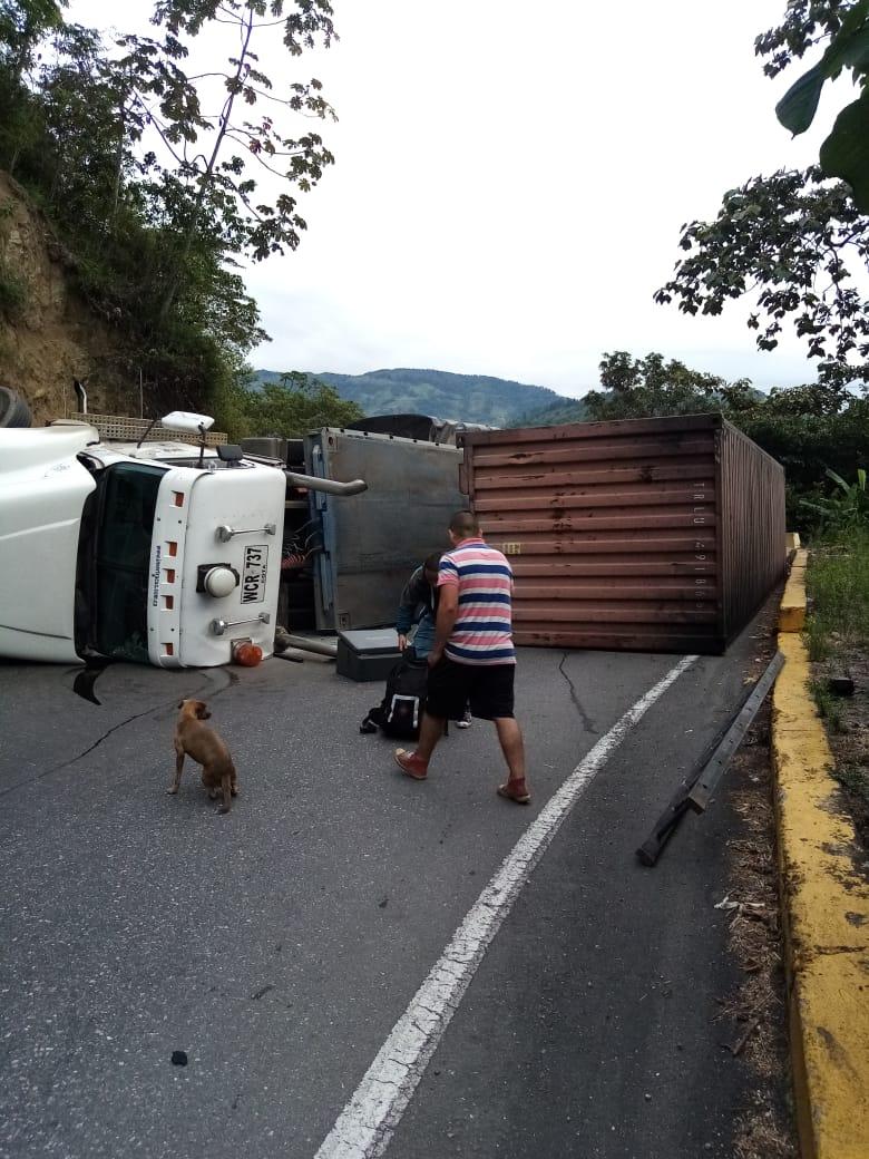 Conductor de tracto camión resultó lesionado en volcamiento entre Ibagué y Cajamarca