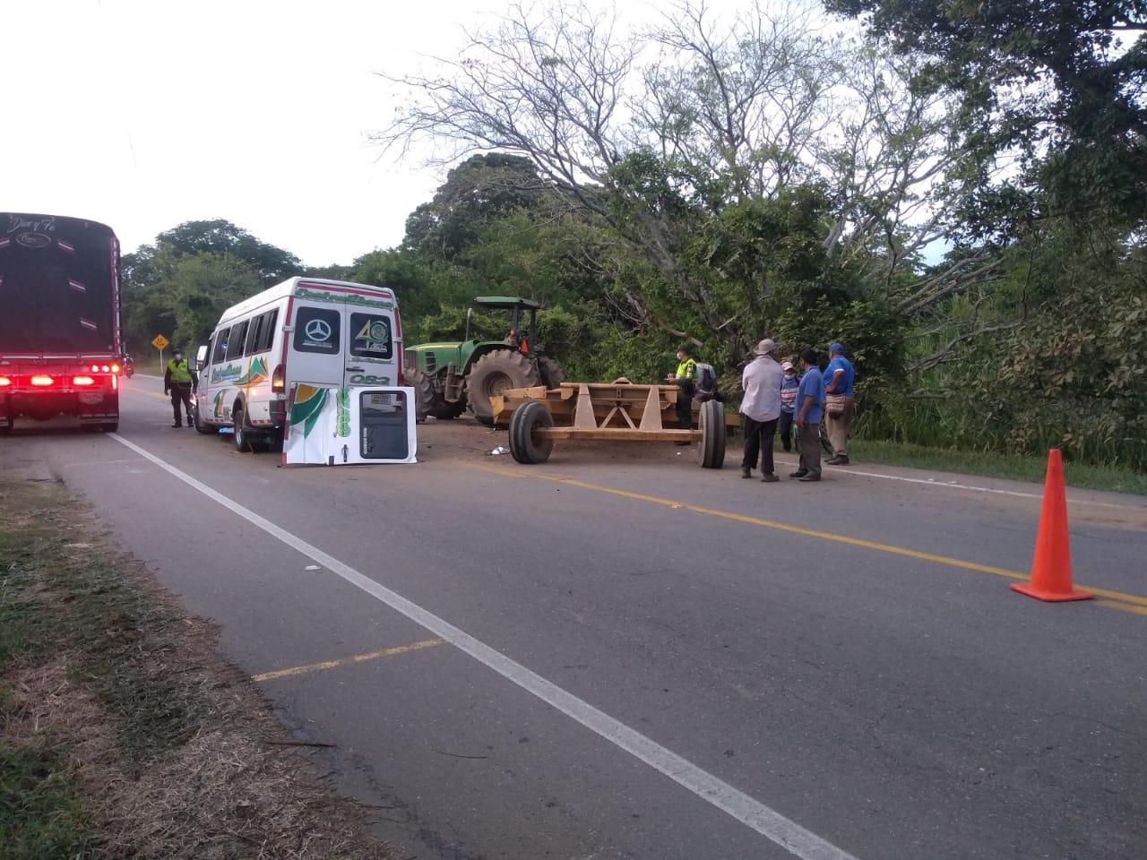 Dos heridos dejó el choque de buseta contra remolque de tractor