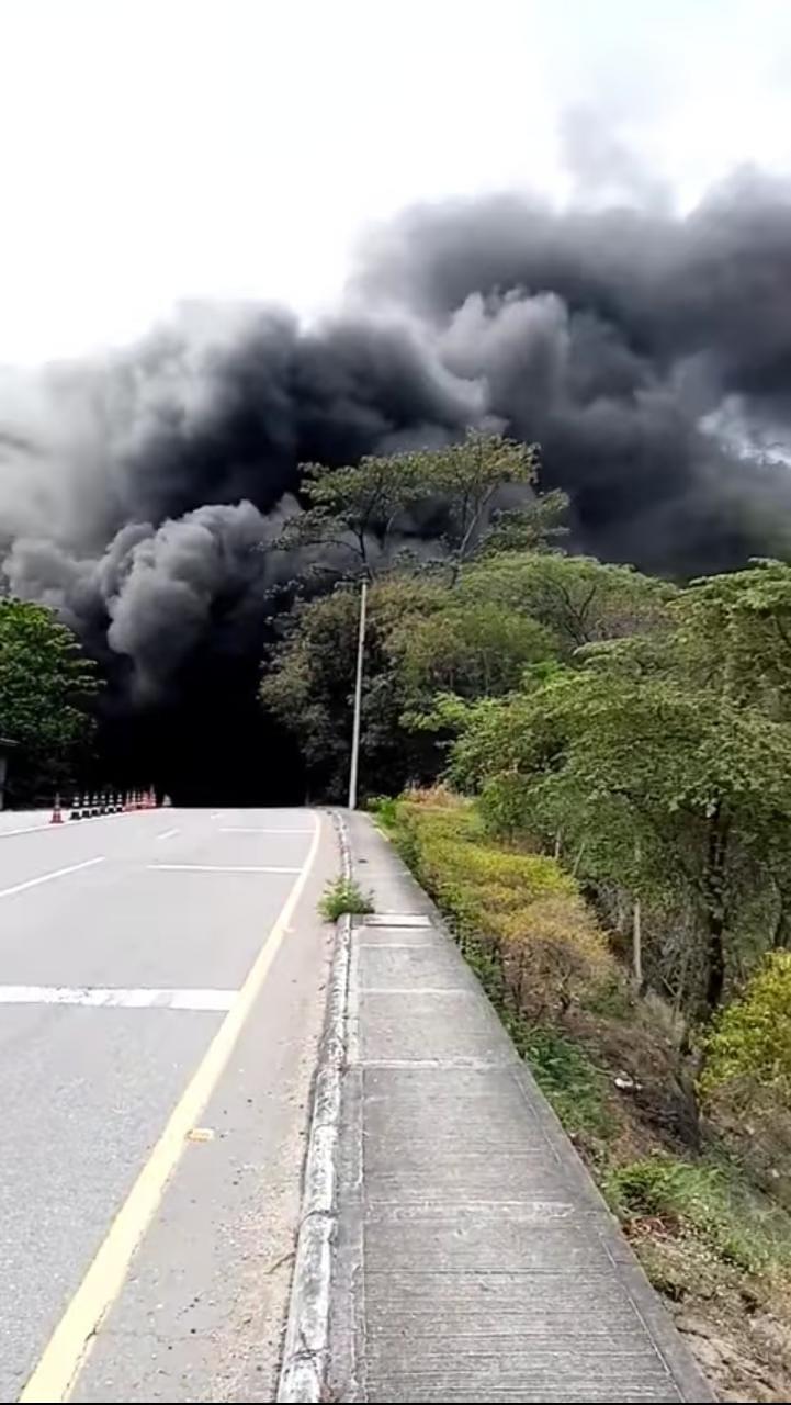 En video: Susto y monumental trancón por incendio de bus en el Túnel de Melgar